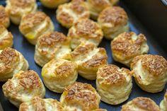 Letehetetlen foszlós sajtos pogácsa: a tésztába is jócskán kerül sajt - Recept | Femina Gordon Ramsay, Pretzel Bites, Food To Make, Ethnic Recipes, Gordon Ramsey