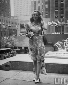 street style circa 1944, photographed by Alfred Eisenstaedt for a series called beautiful girls in new york for Life. http://www.missmoss.co.za/2012/04/02/beautiful-girls-in-new-york/?utm_source=rss_medium=rss_campaign=beautiful-girls-in-new-york
