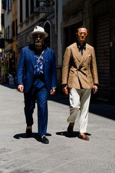 Pitti Uomo is underway and Robert Spangle has captured the most stylish men on the streets of Florence. Grunge Goth, Hipster Grunge, Italian Mens Fashion, Best Mens Fashion, Men's Fashion, Fashion Styles, Street Fashion, Most Stylish Men, Stylish Mens Outfits