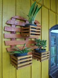 Resultado de imagem para floreiras de madeira de parede Wooden Planters, Planter Boxes, Diy Plant Stand, Wood Home Decor, Diy Holz, Wooden Art, Hanging Baskets, Plant Hanger, Flower Pots