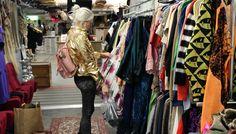 Här i entrén hänger kläderna som är till salu. Det mesta går för 20 kr styck!