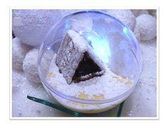 Joyeux Noël ! Voici notre dessert de Noël... une boule de neige en tiramisu aux speculoos Utilisez des boules en plastique vendues dans les magasins de loisir créatif (diamètre 10 cm). Le fond de la boule de neige est réalisé avec le biscuit speculoos...