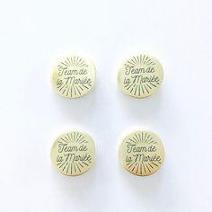 Badges métalliques ronds à épingle Diamètre: 2,5 cm Couleurs: doré et noir