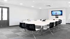 Sala de reuniones en blanco y negro
