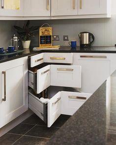 """Se as gavetas """"das esquinas"""" são sempre um problema para você, quem sabe essa é uma solução... Fonte: Site Houzz - Glenvale Kitchens #aproveitandoespaços #espaçospequenos #decoração"""