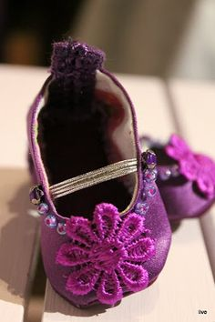 Disney Animator Doll- Ballerina shoes pattern available. These and other variations shown. Also included instructions. (GC)