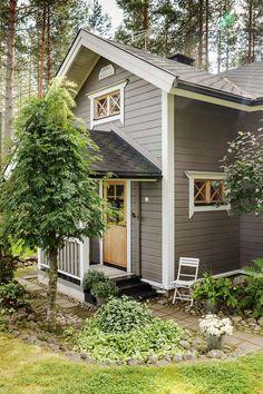 Talon ympärille on tehty luonnonkivistä kaunis kiveys.