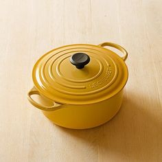 Le Creuset Signature Round Dutch Oven. I love Dutch pots and I can't lie.
