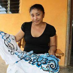Elsie Batista enseña una de las tiras de la pollera que irá a concurso en dos años.