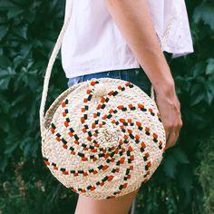 Bolso de la Llata hecho artesanalmente con hojas de palmito y bordado a mano. #bolso #verano #artesania #mallorca Foto de @beatriztormenta