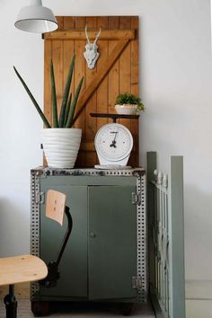 A muted palette, textures and plants everywhere, some beautiful vintage pieces, this is a house tour not to be missed! Take a look around this beautiful renovation in Haarlem! Industrial House, Industrial Chic, Gravity Home, Interior Decorating, Interior Design, Bohemian Decor, Modern Rustic, Decoration, Interior Inspiration