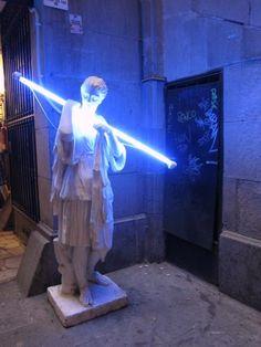 Oud vs nieuw, griekse beeldhouwkunst + neonlichten