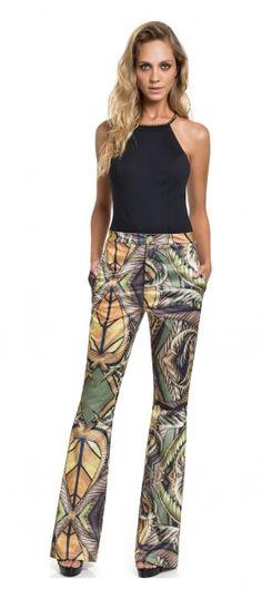 Lookbook de blusa e calça estampada com sandália