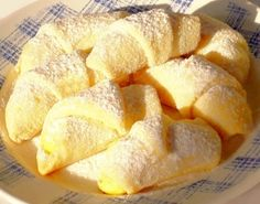Křehké rohlíčky plněné pudinkem - Moučníky - TradicniRecepty.cz Slovak Recipes, Czech Recipes, Mexican Food Recipes, Czech Desserts, Sweet Desserts, Sweet Recipes, Baking Recipes, Cookie Recipes, Dessert Recipes