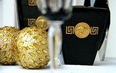 Vasos da linha Black/Gold da Versace com detalhes dourados e sem flores ou plantas, para um clima bem contemporâneo (Foto: @felipefgsantos) #camilakleinarquiteta #versacehome #decoraçãodemesa #tablesetting #natal #christmas #mesadenatal