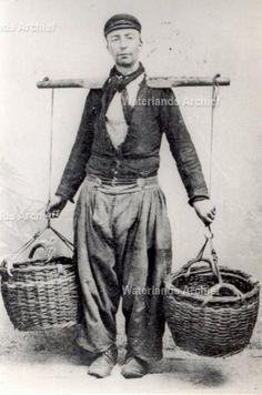 Een andere visventer die gebruik maakte van juk en manden was 'Poejentje'. Jan Zwarthoed (Poejan).  1838-1924. Op 21 april 1849 opgenomen in het weeshuis te Edam. Op 19 april 1858 werd zijn verpleegtijd beeindigd.  ca 1880 #NoordHolland #Volendam