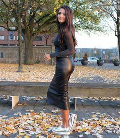 A saia de couro é um dos itens mais tradicionais nos looks de inverno! Veja várias ideias de como usar e combinar a saia de couro no seu dia a dia! Via www.achotendencia.com saia de couro, couro fake, couro ecológico, como usar, looks com saia, ideias de looks, looks de inverno, couro, courino, plus size #looks #saiadecouro #moda #lookdodia Looks Street Style, Sports Shoes, Rock, Sexy, Casual Shoes, Fall Outfits, Ideias Fashion, Leather Pants, Chic