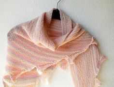 This is a knitting pattern for a triangle shawl, mostly worked in garter stitch. There is some more to it than only garter stitch though. #shawl #knittingpatterns #knitting #triangleshawl #garterstitchshawl