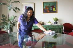 Barrer, lavar, secar, sacudir, planchar, doblar, cocinar, volver a lavar, a secar, guardar… esa cadena de trabajo que no produce objetos de consumo y que se asume como un servicio gratuito de las mujeres también fue pensada por las artistas mexicanas.