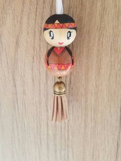 Porte clé indienne Pretty little Indian of hand painted wooden bead! Pocahontas can be worn as: door keys, jewelry bag, rear view mirror decoration or pendant. Diy Jewelry To Sell, Diy Jewelry Holder, Diy Jewelry Making, Wood Peg Dolls, Clothespin Dolls, Doll Crafts, Bead Crafts, Kokeshi Dolls, Making Wooden Toys