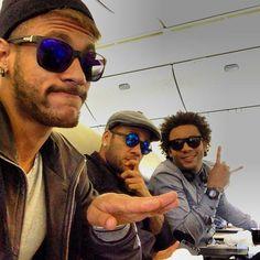 Estiloso, Neymar viaja para a Ásia para defender o Brasil