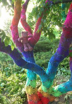 Spinnennetz aus Wolle - Yarn Bombing: Der urbane Strick-Trend - Nicht nur leblose Gegenstände werden von den Urban Knittern mit Garn verschönert. Auch in der Natur ist noch Raum für die kreativen Strick-Spielereien. Mit...