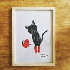 真っ赤なソックスがおしゃれな黒猫のイラスト。仲良しのポットさんとご挨拶。 #minne本日のおすすめ