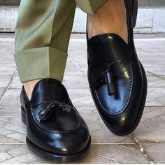 Felix Flair .NY. We make beautiful shoes for men. Simple and absolutely beautiful ✔️. Black calf tasseled loafers. An indispensable classic.