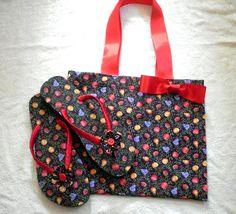 Conjunto de bolsa e chinelo forrado com tecido.