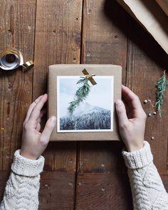 Une belle idée pour emballer ses cadeaux de Noël  avec du papier kraft, une photo de paysage imprimée en noir et blanc et une fine branche de sapin scotchée avec du masking tape #DIY #emballage #noel