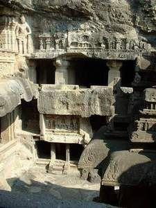 Ellora-Jain-cave.Ellora o Ellorā es una localidad de la India, antiguamente conocida con el sobrenombre de Elapurā, se encuentra a 30 km de la ciudad de Aurangābād en el distrito homónimo, en el pradesh o estado federal de Maharashtra.También se conoce como Elapura en la literatura Rashtrakuta kannada  Ellora es célebre por su arquitectura rupestre, con monasterios y templos budistas