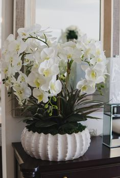 Orchid Flower Arrangements, Modern Floral Arrangements, Christmas Floral Arrangements, House Plants Decor, Plant Decor, White Flowers, Beautiful Flowers, Ikebana, Blue Painted Furniture