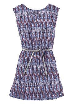 Das Druckkleid mit Allovermuster von s.Oliver Junior kommt direkt zusammen mit dem schmalen, vorn zu knotenden Gürtel im Metallic-Look, der dem gefütterten Kleid eine ansprechende Form verleiht.