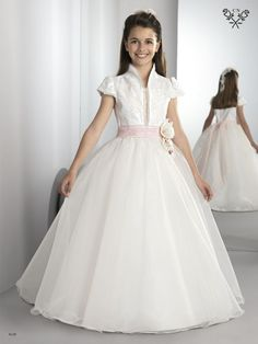 www.elrincondeluna.es Gowns For Girls, Little Girl Dresses, Girls Dresses, Flower Girl Dresses, Première Communion, Holy Communion Dresses, Frock Patterns, Dress Anak, Kids Gown