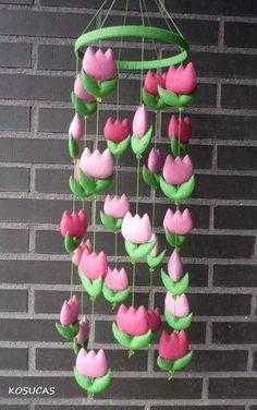 Felt mobile with pink tulips. por Kosucas en Etsy, €45.00