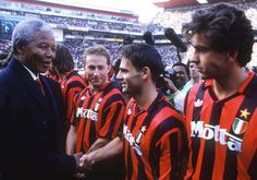 Nelson Mandela (l) Jean-Pierre Papin, Marco Simone and Alessandro Costacurta before a friendly match between Milan and Orlando Pirates. Milan won the match Ellis Park Stadium, Johannesburg, 13 June Jean Pierre Papin, World Football, Sport Football, Football Players, Ac Milan, Everton Fc, Soccer Kits, Match 3, Nelson Mandela