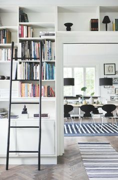 Good shelving solution over and around the door http://boligmagasinet.dk/article/174740-bianca-hegedus-stribede-samlerhjem/gallery/796527