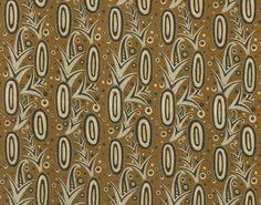 L'ananas est un motif très apprécié vers 1925. Il se prête à toutes les fantaisies comme dans cet imprimé sur lin où il apparaît très stylisé. Le ton irisé qui apparaît dans le motif souligne la géométrisation cubiste du motif et le travail du métaldécoratif dans le style Art Déco. Un traitement spécial vient donner une nouvelle tenue à la toile de lin pour un tombé plus droit, un placement rigoureux. Ce modèle est également proposé en papier peint. Repasser sur envers. Finition délavée.