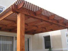 Cobertizo de madera con techo de entramado