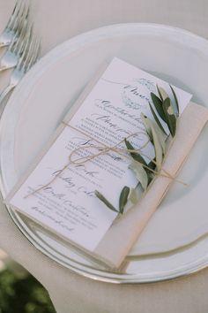 Legno, foglie di ulivo, dettagli botanici e calligrafia: un bellissimo matrimonio all'aperto sulle colline romagnole, romantico e delicato.