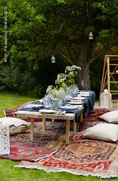 Maak je tuin deze zomer ook gezellig! Met tapijten, zachte kussens en kleurrijke stofjes creëer je alvast een gezellige sfeer. Ontdek onze ideeën.#IKEABE A cosy garden this summer! Use rugs, soft pillows and colorful fabrics to create a convivial ambience. #IKEABE