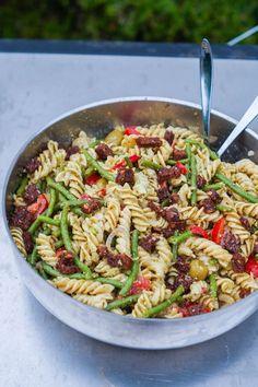 Her er et bud på en pastasalat med hjemmerørt pesto og fedtede ristede rugbrødscroutoner. Pasatasalaten er perfekt til mange gæster, da den er billig og nem Pasta Med Pesto, Lchf, Food Inspiration, Tapas, Bacon, Picnic, Food Porn, Food And Drink, Veggies