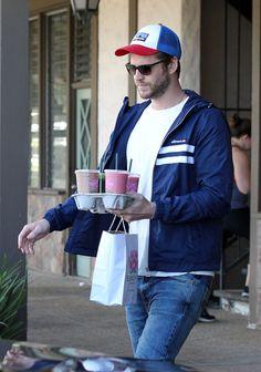 6e4a8903fa67ad Liam Hemsworth collects Starbucks in his Etnia Barcelona Sunglasses Malibu  Kalifornien, Liam Hemsworth, Los