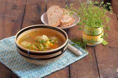 Особливих ноток цій страві надають фрикадельки з кунжутом – неочікувано, але надзвичайно смачно. Броколі ташпинат зараз доступні усвіжому вигляді, однак підійдуть і заморожені. Спробуйте – дуже смачний, легкий і яскравий супчик.        Якщо вам сподобався рецепт овочевого супу з фрик
