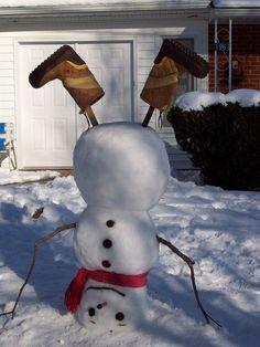 Веселый снеговик из снега