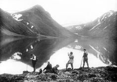 Hópur af mönnum á áningarstað við fjallavatn 1910 1920 These Early 1900s Collodion Images of Iceland Will Transport You To Another World