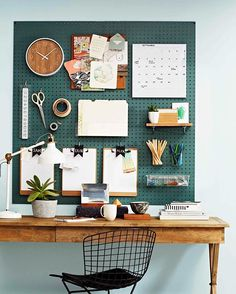 Get hooked on this over-the-desk pegboard organiser! All you need is a sheet of .- Get hooked on this over-the-desk pegboard organiser! All you need is a sheet of … Get hooked on this over-the-desk pegboard organiser! Home Office Space, Home Office Design, Home Office Decor, Office Ideas, Vintage Office Decor, Desk Space, Garden Home Office, Home Office Shelves, Business Office Decor