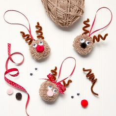 Christmas Pom Pom Crafts, Handmade Christmas Decorations, Diy Christmas Ornaments, Xmas Crafts, Craft Stick Crafts, Reindeer Ornaments, Easy To Make Christmas Ornaments, Diy Xmas Gifts, Christmas Yarn