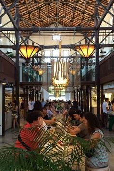Links und rechts die Marktstände, in der Mitte stehen Hochtische, die wie zu einer langen Tafel aufgebaut sind
