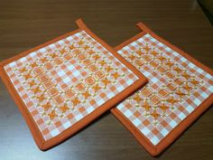 I miei hobbies Chicken Scratch Embroidery, Gingham Fabric, Hot Pads, Household Items, Cross Stitching, Embroidery Stitches, Needlepoint, Pot Holders, Diy And Crafts